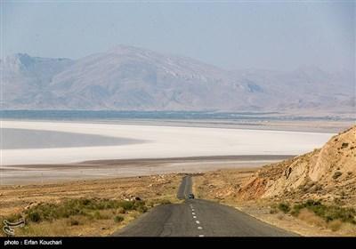 علیرغم تلاش های ملی برای تثبیت میزان تراز آب دریاچه طبق آمارهای ستاد احیای دریاچه ارومیه نسبت به سال گذشته 27 سانتی متر کاهش ارتفاع مشاهده می شود.