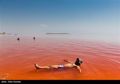 آب دریاچه ارومیه به دلیل نمک زیاد بسیار سنگین است و میتوان به راحتی بر روی آب غوطهور ماند.