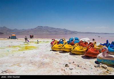 دریاچه ارومیه که در سال های پیش دارای اسکله و محلی برای رفت و آمد کشتی های کوچک بود , اکنون تنها به محلی برای عبور قایق های پدالی گردشگران و مسافران شده است.