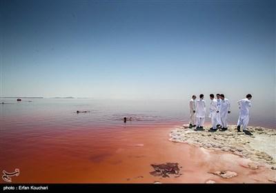 با وجود کاهش آب دریاچه ارومیه هر ساله گردشگران زیادی از نقاط مختلف کشور به این محل می آیند.