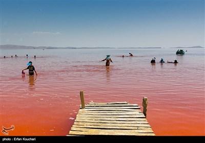 گردشگران در حال آب تنی در دریاچه ارومیه هستند. نمک موجود در دریاچه در بهبود بیماری های قارچی و پوستی موثر است.