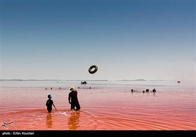 قرمز شدن آب دریاچه ارومیه به علت وجود آرتیما و رشد جلبک در تابستان یکی دیگر از جاذبه های دریاچه ارومیه است.