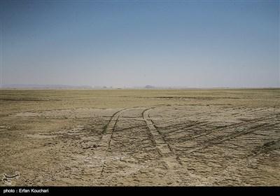 نمایی از قسمت های خشک شده دریاچه ارومیه.