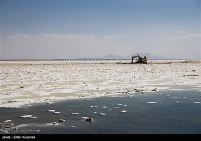 ماشین آلات صنعتی در حال برداشت نمک از قسمت های خشک شده دریاچه می باشند. نمک برداشت شده در صنایعی همچون شیشه سازی, پوستی و آرایشی و ساخت خمیر دندان کاربرد دارد.