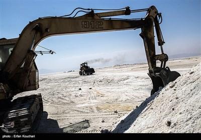 برخی از کارشناسان حرکت ماشین آلات صنعتی بر روی قسمت های خشک شده دریاچه را باعث شکستن بلورهای نمک و وزش ریزگردهای نمکی میدانند. از طرف دیگر برخی از کارشناسان این امر را به کم کردن غلظت نمک آب دریاچه و کمک به نجات دریاچه مفید میدانند.