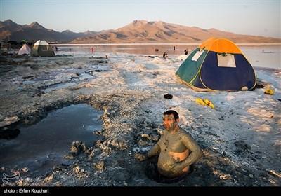لجن درمانی یکی از جاذبه های اصلی دریاچه ارومیه است که به ظی چندین سال گذشته به دلیل عقب نشینی آب دریاچه و مدفون شدن لجن ها در زیر نمک و رسوبات دریاچه این روزها به صورت معدود به چشم میخورد.