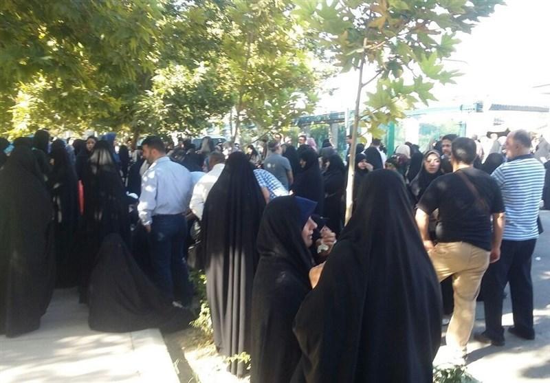 تجمع خانوادههای فاقد مدارک هویتی مقابل مجلس+عکس