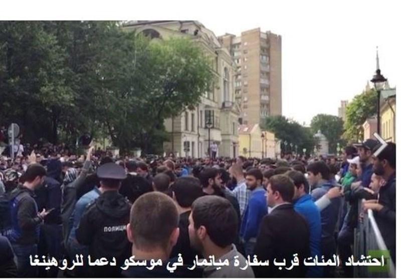 احتشاد المئات قرب سفارة میانمار فی موسکو دعما لمسلمی الروهینغا