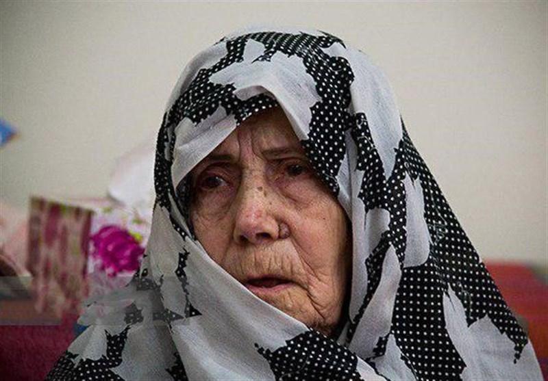 مادر شهید جنگجو در روز تشییع پسرش دار فانی را وداع گفت