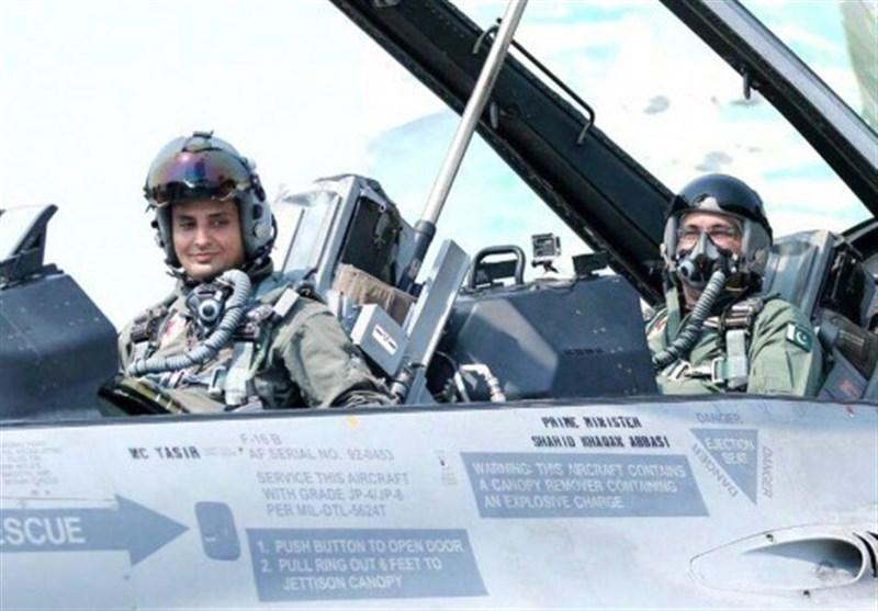وزیر اعظم شاہد خاقان عباسی کا پاک فضائیہ کے آپریشنل ایئر بیس کا دورہ