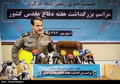 ورود سردار بهمن کارگر رئیس ستاد مرکزی بزرگداشت هفته دفاع مقدس به محل نشست خبری