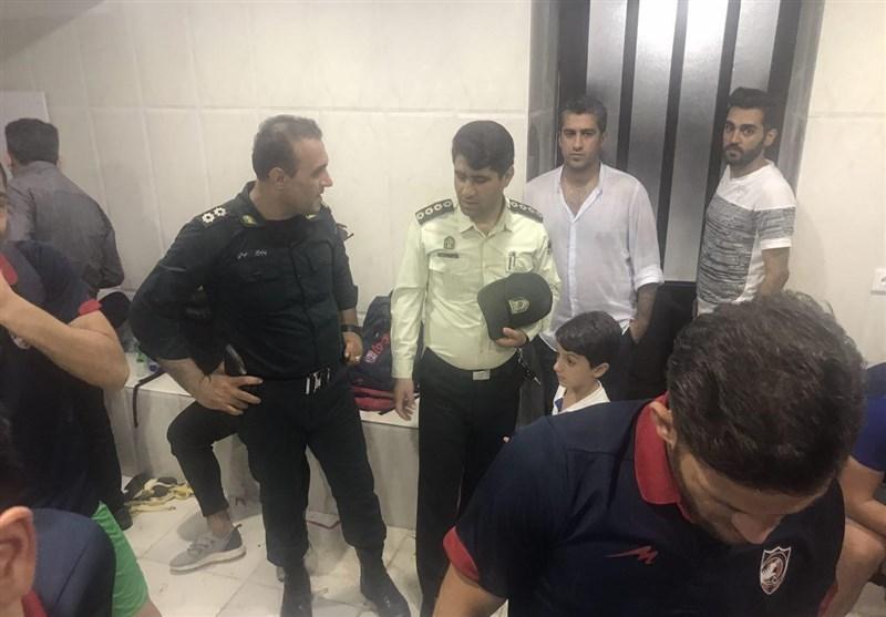 پرتاب کاشی توسط هواداران شهرداری!/ بازیکنان نساجی در زمین حبس شدند + تصاویر