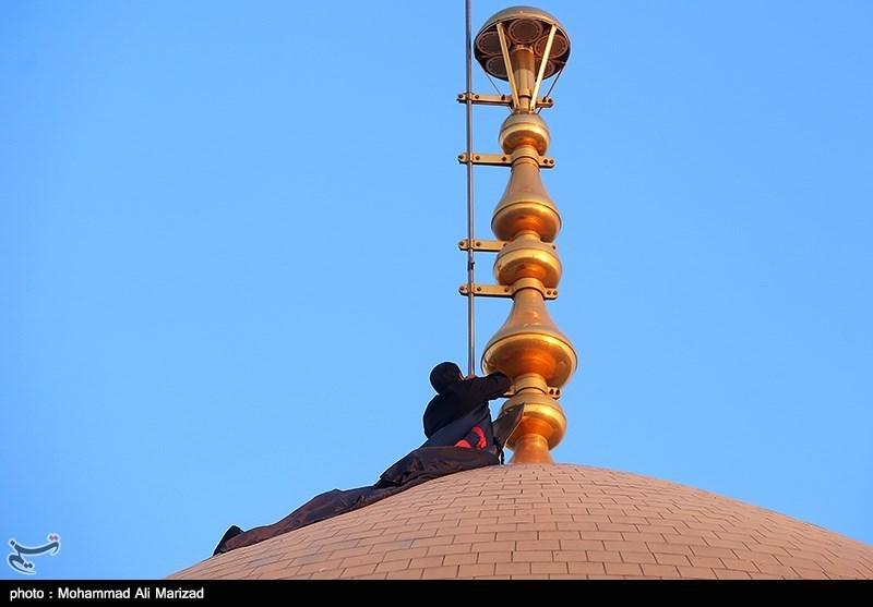 آئین تعویض پرچم گنبد حرم رضوی همزمان با آغاز ماه محرم