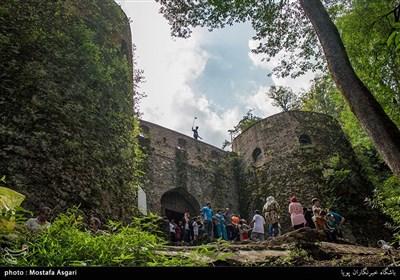 پس از طی مسیر پر پیچ و خم کوهستانی و عبور از جنگلهای انبوه بسیار زیبا اولین چیزی که نظر هر بیننده ای را به خود جلب می کند دروازه ورودی قلعه است که از هیبت و صلابت خاصی برخوردار است.دروازه در ضلع شمالی قلعه قرار داشته و از یک درب ورودی و دو برج در طرفین آن تشکیل شده است.در گذشته در بالای درب ورودی،کتیبه ای سنگی وجود داشته که حاوی مطالبی در مورد تجدید بنای قلعه بوده است.