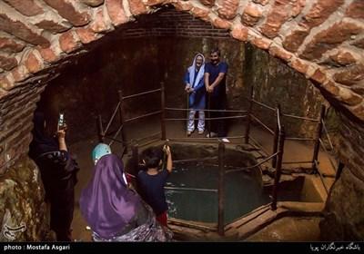 فضای آب انبار در بخش غربی و در پایین ترین نقطه قلعه با مساحت 130 متر مربع قرار گرفته است.آب چشمه های اطراف توسط تنبوشه های سفالین به طرف حوض وسط آب انبار هدایت شده و در انجا جمع آوری و مورد استفاده ساکنین قرار میگرفت.
