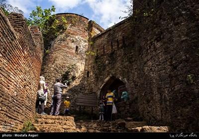 پس از طی مسافتی حدود 90 متر از دروازه اصلی،در باریکترین نقطه قلعه،جایی که برج و باروهای شمالی و جنوبی به هم می رسند،دروازه شرقی به همان صلابت ورودی اصلی وجود دارد.