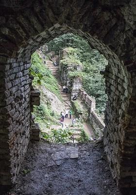 این قلعه در دورانهای تاریخی به نامهای «قلعهٔ هزارپله» ، «حسامی» ، «سکسار» ، «سگسار» و «سگسال» نیز خوانده شده است .