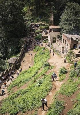 این بنا سومین بنا از عجائب هفتگانه گیلان محسوب شده است . این قلعهای تاریخی در ۲۰ کیلومتری جنوب غربی شهر فومن در استان گیلان است .