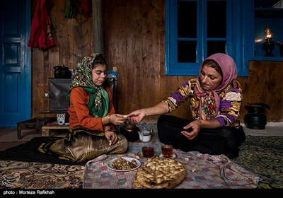 مادر آرزو, فریده انبانباز 36 ساله برای او لقمه نان پنیر آماده میکند تا پس از خوردن صبحانه آماده رفتن به مدرسه شود