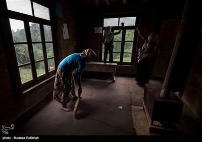 مریم آلم گرد 35 ساله یکی از ساکنین روستا به همراه آرزو و مادرش کلاس درس را برای تشکیل کلاس در اولین روز از سال تحصیلی نظافت میکنند