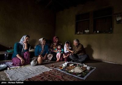 اهالی روستا پس از رسیدن معلم به مدرسه در اولین روز از سال تحصیلی از او پذیرایی میکنند