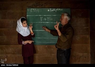 داداش هاشمی معلم مدرسه شهید اشرفی اصفهانی روستای مظلم کم در اولین روز از سال تحصیلی دروس گذشته را با آرزو پورعسگری دانش آموز پایه سوم تمرین میکند