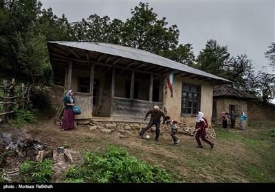 داداش هاشمی معلم مدرسه شهید اشرفی اصفهانی روستای مظلم کم شهرستان تالش در ساعت تفریح با دانش آموزان فوتبال بازی میکند