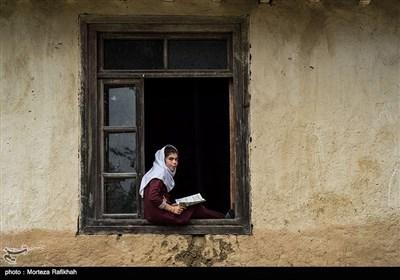"""آرزو پورعسگری دانش آموز پایه سوم ابتدایی مدرسه شهید اشرفی اصفهانی روستای مظلم کم شهرستان تالش در حالی که بر روی پنجره کلاس نشسته به دوربین نگاه میکند. وقتی خودش را (آرزو) معرفی کرد, از او پرسیدم چه آرزویی داری در جواب گفت """"آرزو میکنم تا بتوانم درسم را ادامه دهم و دکتر شوم"""" . به علت دوری مدرسه های مقطع متوسطه از نقاط ییلاقی اکثر دانش آموزان به ویژه دختران پس از قبولی در مقطع ششم ابتدایی از ادامه تحصیل در مقطع متوسطه و بالاتر انصراف میدهند."""