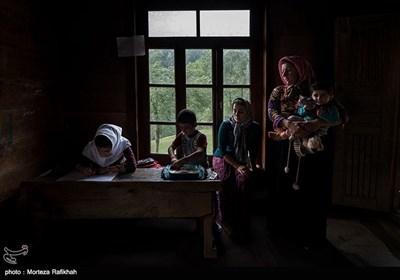 مادران دانش آموزان امیررضا همرنگ و آرزو عسگری در اولین روز از سال تحصیلی آنها را در داخل از کلاس همراهی میکنند