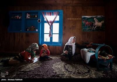 آرزو در کنار دختر عمه اش شینا که 4 سال دارد و مادربزرگش مریم هژری که 58 سال دارد و به عنوان میهمان به خانه آنها آمده اند تکالیف مدرسه اش را انجام میدهد