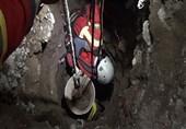 محبوس شدن کارگر در میان تلی از حاک داخل چاه