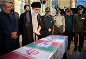 حضور امام خامنهای در کنار پیکر مطهر شهید حججی + فیلم و تصاویر