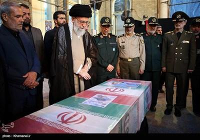 الامام الخامنئی یلقی النظرة الاخیرة على جثمان الشهید محسن حججی