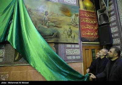 رئیس مجلس در تکیه حاج سید حسن قم، از تابلوهای نقاشی که نقوش آن مربوط به واقعه عاشورا و ورود اهل بیت(ع) به سرزمین شام است، رونمایی کرد.