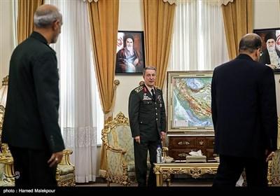 علی شمخانی یلتقی رئیس ارکان الجیش الترکی بطهران