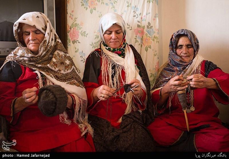 بافت کلاه پشمی با نخ کُرک یکی از منابع درآمد زنان روستای راستقان از توابع شهرستان راز و غلامان خراسان شمالی