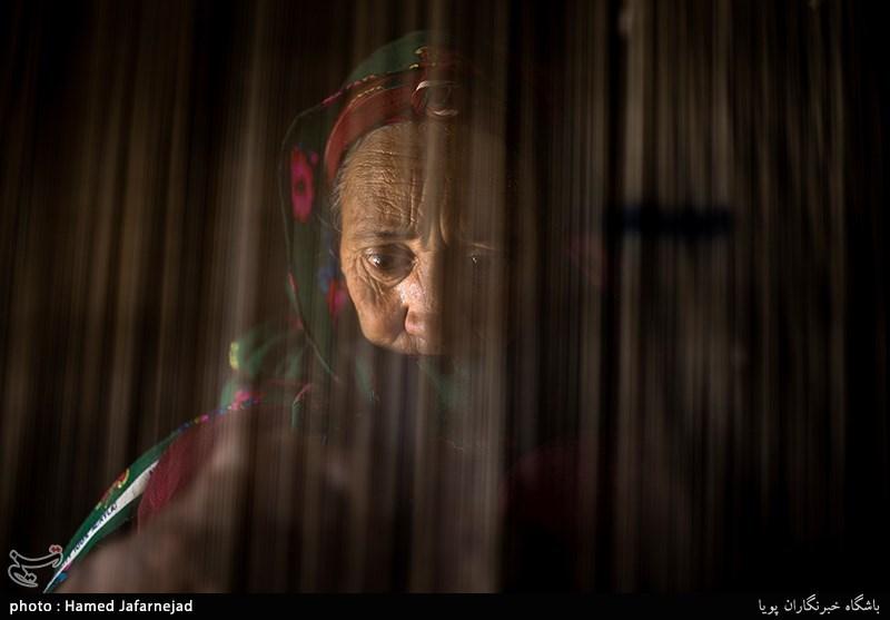 بافت قالیچه ابریشم دورو توسط زنان روستای مرزنشین «تکله قوز» یکی از روستاهای توابع شهرستان راز و جرگلان در استان خراسان شمالی