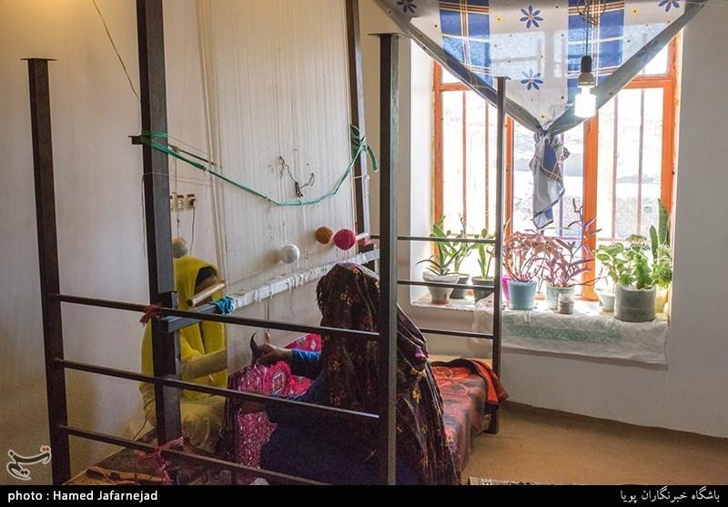بافت قالیچه ابریشم و فروش آن یکی از منابع درآمد اهالی روستای پرسه سو سفلی از توابع شهرستان غلامان خراسان شمالی