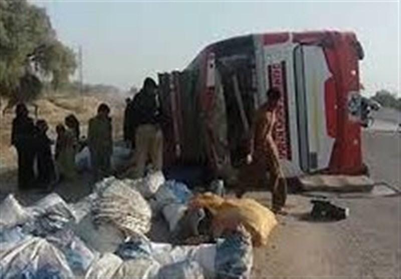 لاڑکانہ میں زائرین کی بس کو حادثہ، 8 افراد جاں بحق، 19 زخمی