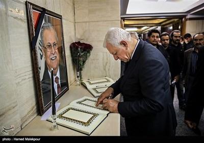 امضای دفتر یادبود جلال طالبانی توسط راجح صابر عبود الموسوی سفیر عراق