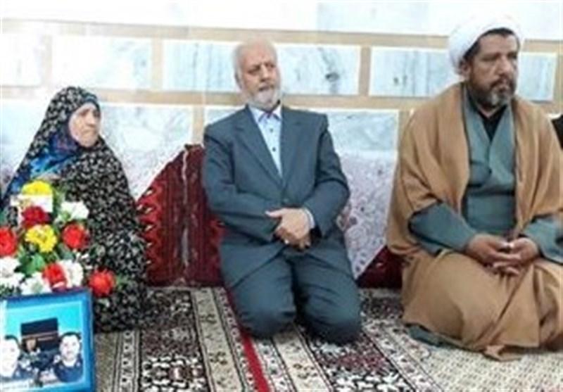 """استاندار خراسان جنوبی با خانواده شهید """"صادقی"""" در نهبندان دیدار کرد"""