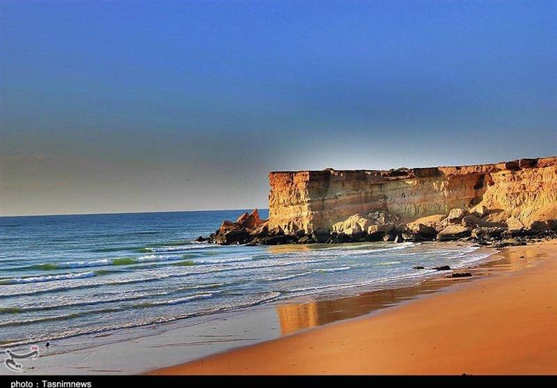 ساحل شنی و آبهای شفاف هنگام