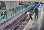 لحظه هل دادن یک زن روی ریل قطار شهری + فیلم