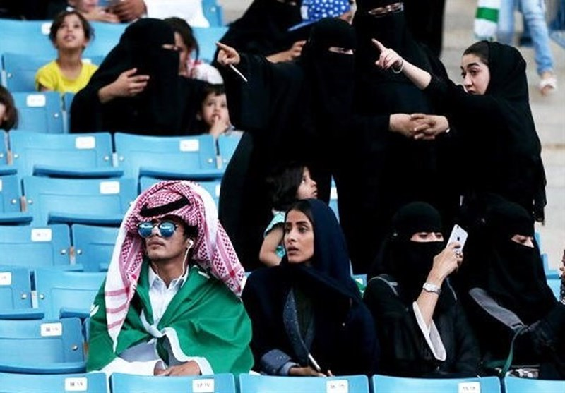 لباس مخصوص زنان سعودی برای تماشای مسابقات ورزشی! + تصاویر