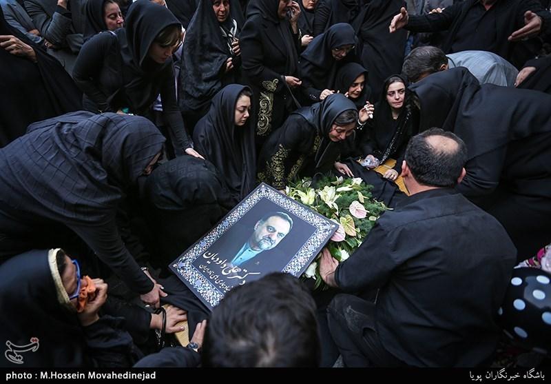 مرحوم علی داودیان در 8 بهمن سال 1338 در روستای بهنمیر بابلسر استان مازندران به دنیا آمد .