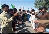 اخبار اربعین 98| نوحهخوانی زائر پاکستانی در مرز میرجاوه + فیلم
