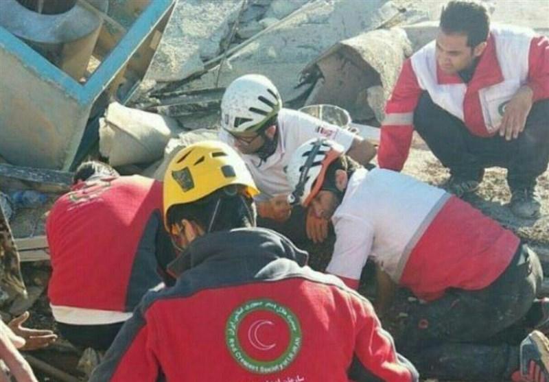 نجات نوزاد کرمانشاهی از زیر آوار زلزله در سرپلذهاب