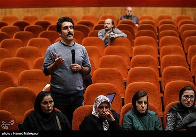یاسر یگانه خبرنگار خبرگزاری تسنیم هنگام پرسیدن سؤال خود از شهرام ناظری
