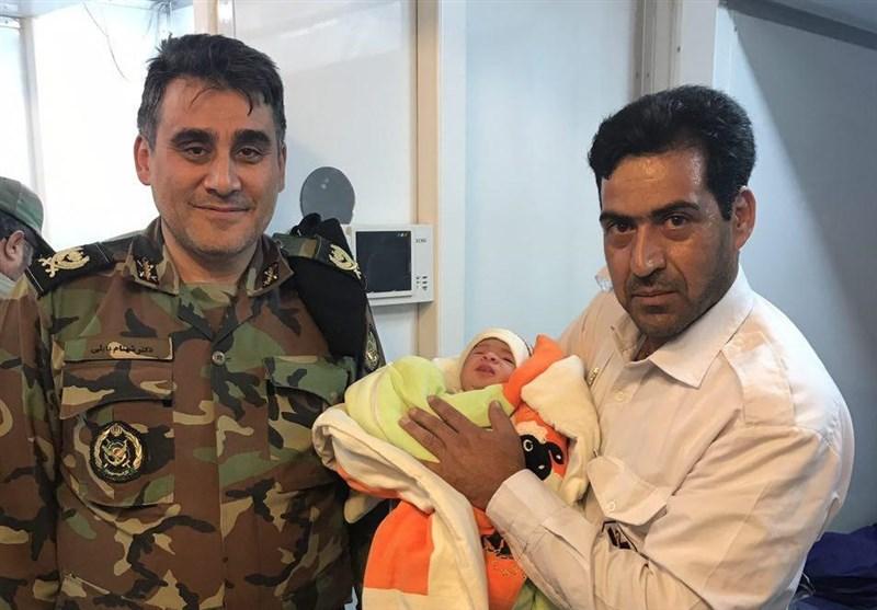 زلزله کرمانشاه| تولد یک نوزاد در مناطق زلزلهزده + عکس
