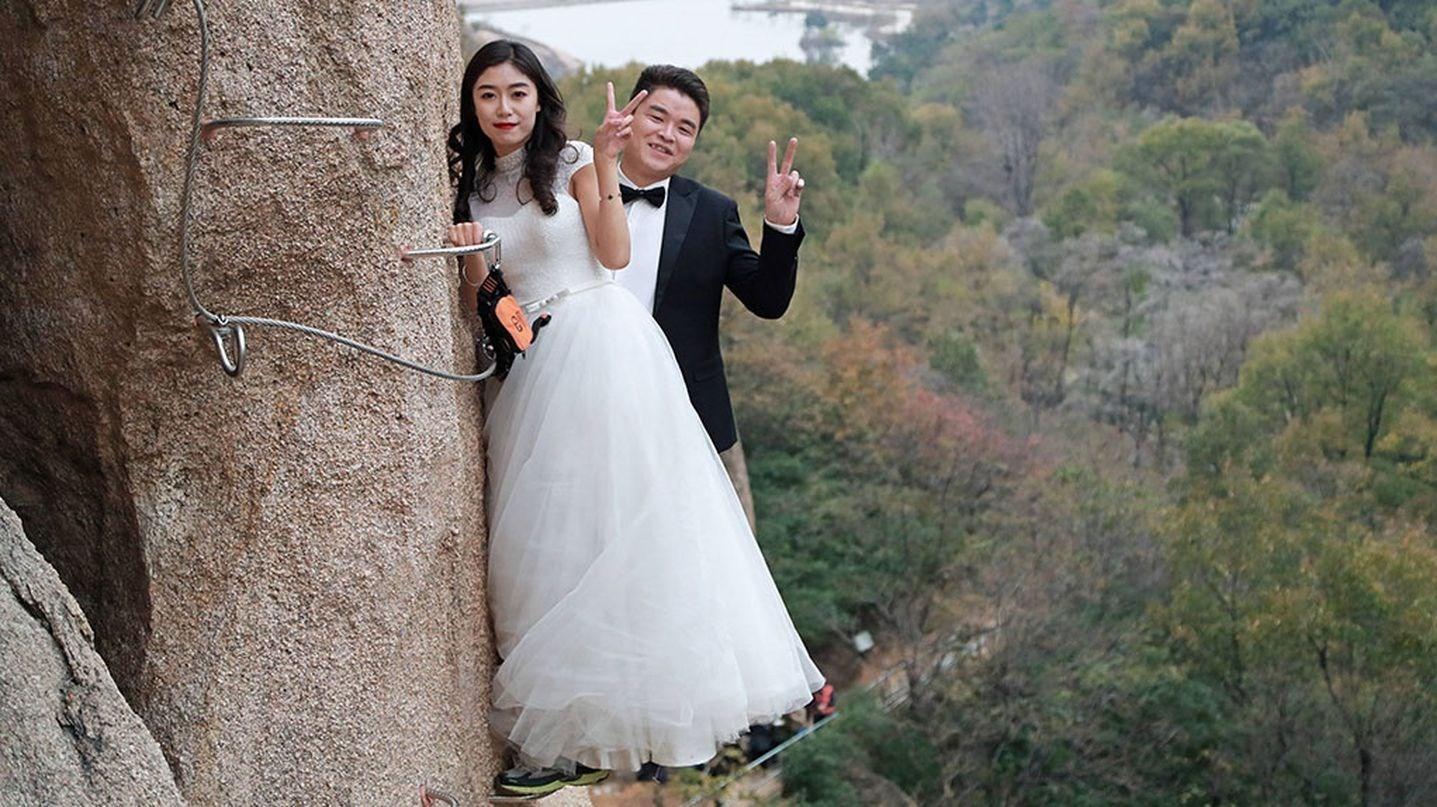 عروس و داماد ماجراجو روی صخره + تصاویر